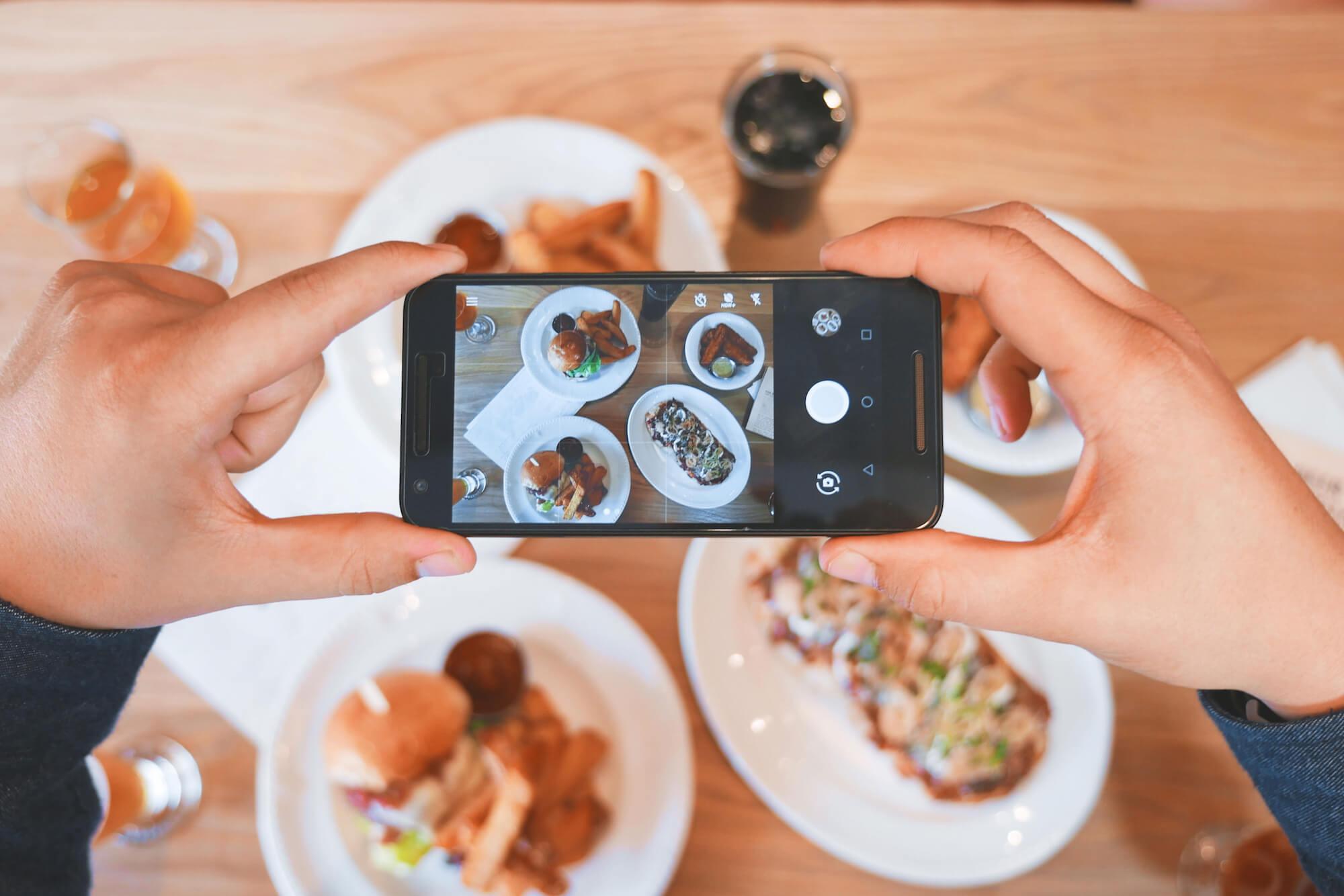 Fotograferar maten